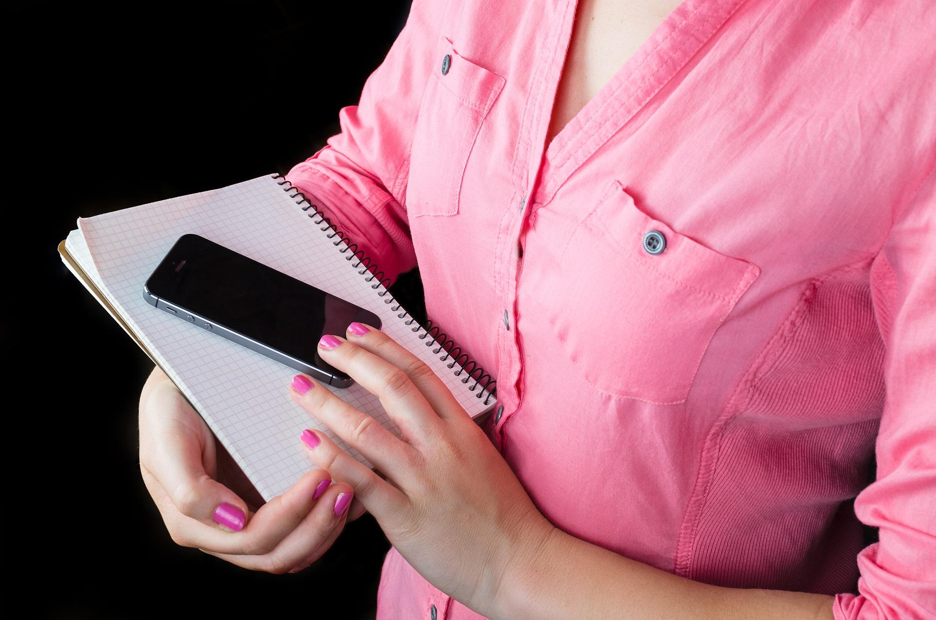 シャツを着た女性の胸元